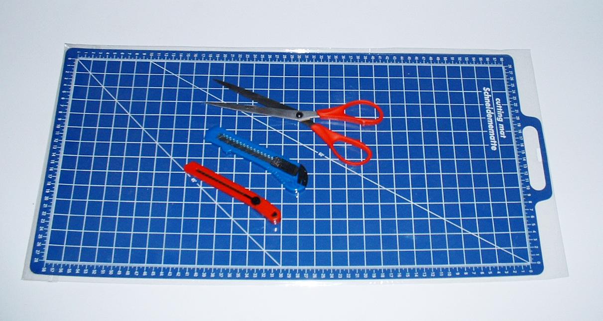 Bastel und Schneide-Set 4-tlg. bestehend aus: 2 Messer, 1 Schere, 1 Schneideunterlage.